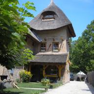 Medencés Nádtetős Ház