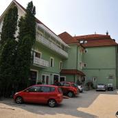 Guszti Villa