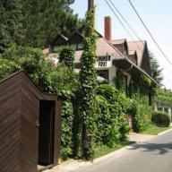 Ház az Árnyas Fák Alatt